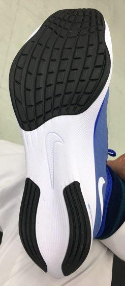 右足にズームフライ3を履いて靴底の形状確認している写真