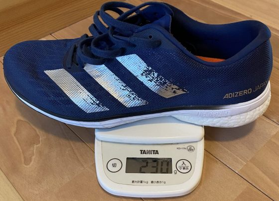 アディダス『アディゼロ ジャパン5』の重さを測定中