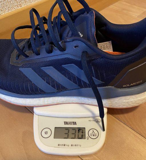 adidas『ソーラードライブ』の重さを測定中