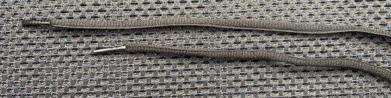 ワークマン『アスレシューズライト』の靴紐の長さを比べている写真