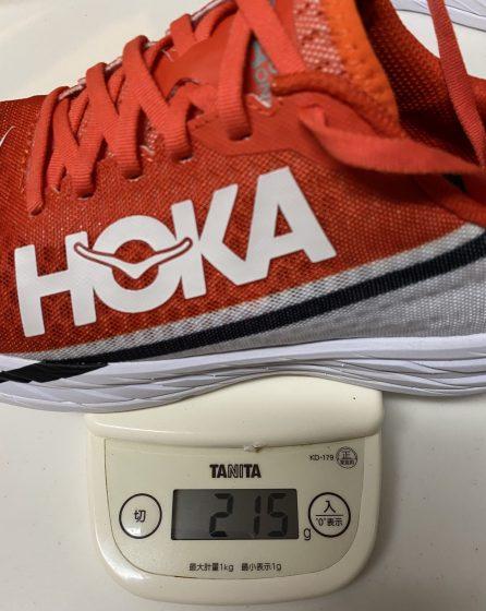 ホカオネオネ『ロケットX』の重さを測定中